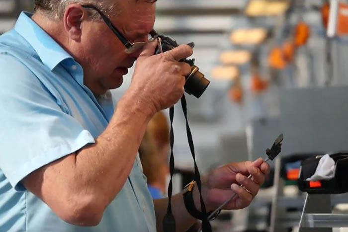 Peter Fischer prüft Qualität von Metz TV