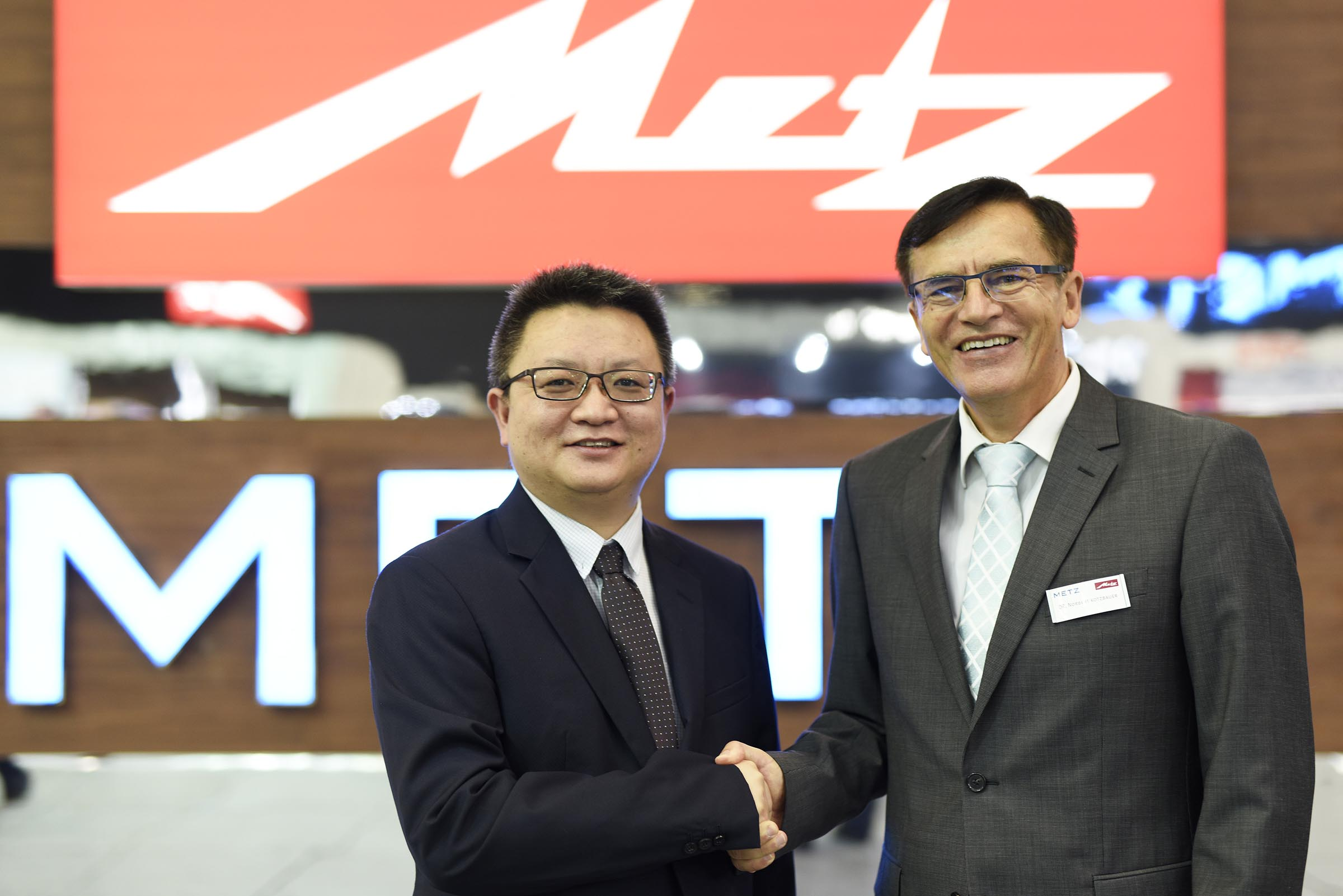 Skyworth General Manager Johnny Wang und Metz Geschäftsführer Dr Norbert Kotzbauer