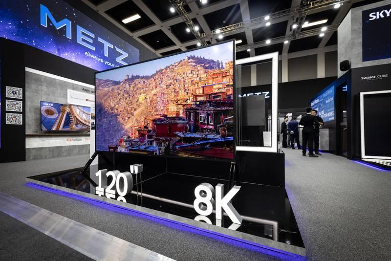 Metz 120 Zoll 8K LCD TV