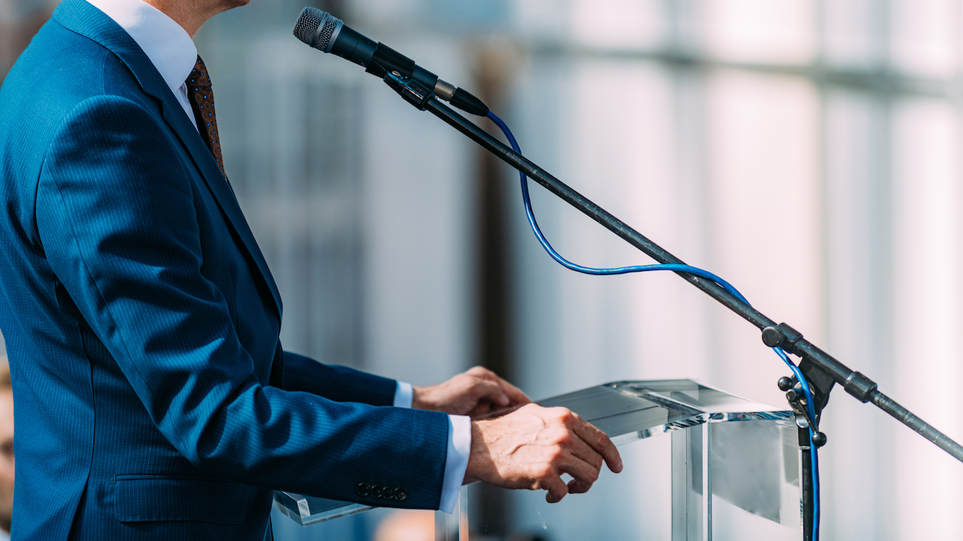 Politiker debattiert im Wahlkampf